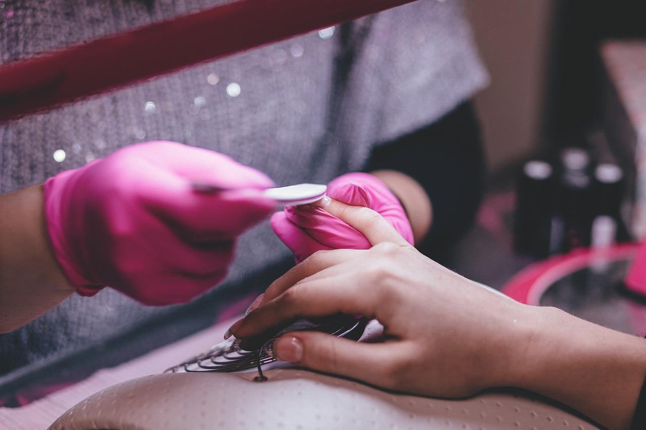 Manicure hybrydowy – w domu, czy w salonie?